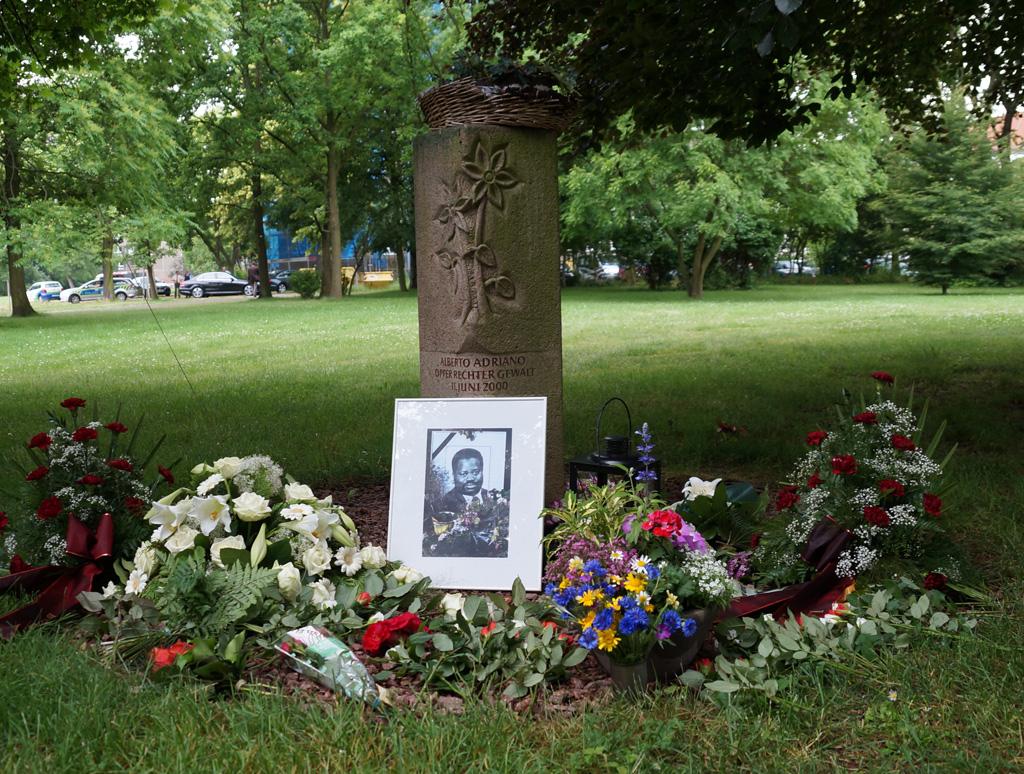 Gedenken an Alberto Adriano am Tatort im Stadtpark von Dessau