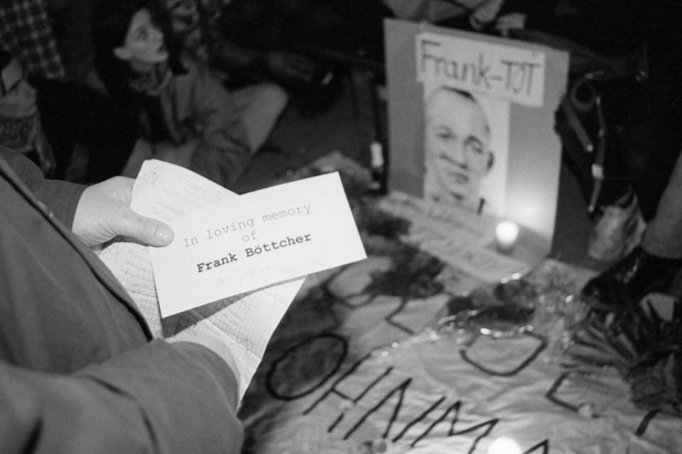 Mit persönlichen Botschaften verabschieden sich Freundinnen und Freunde von Frank Böttcher. (Foto: Ch. Ditsch/version)
