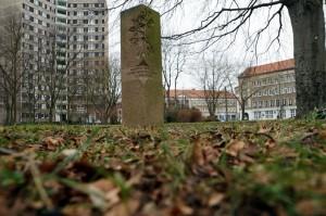 Stele zum Gedenken an Alberto Adriano im Stadtpark Dessau-Roßlau