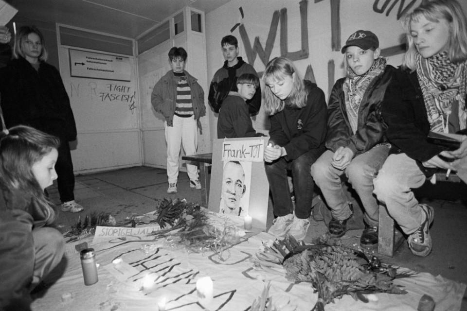 """Wochenlang herrschte Ungewissheit über die Tatumstände und die Täter. Frank Böttchers Freunde_innen wehrten sich gegen Unterstellungen, der Mord an ihrem freund sei eine """"Auseinandersetzung unter Punks"""" gewesen. (Foto: Ch. Ditsch/version)"""
