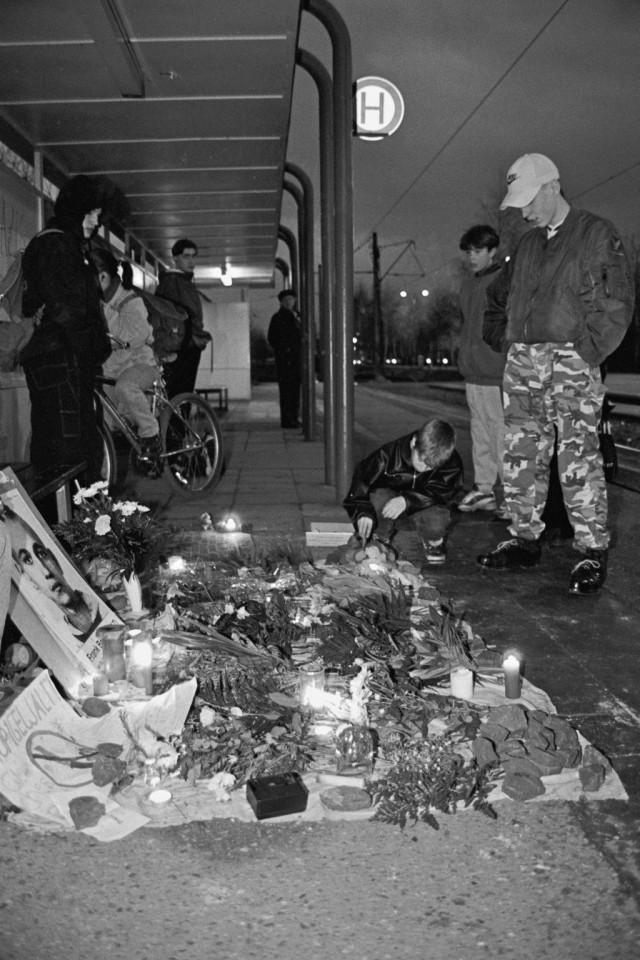 Auch Unbekannte und Anwohner besuchen die Mahnwache am Tatort. (Foto: Ch. Ditsch/version